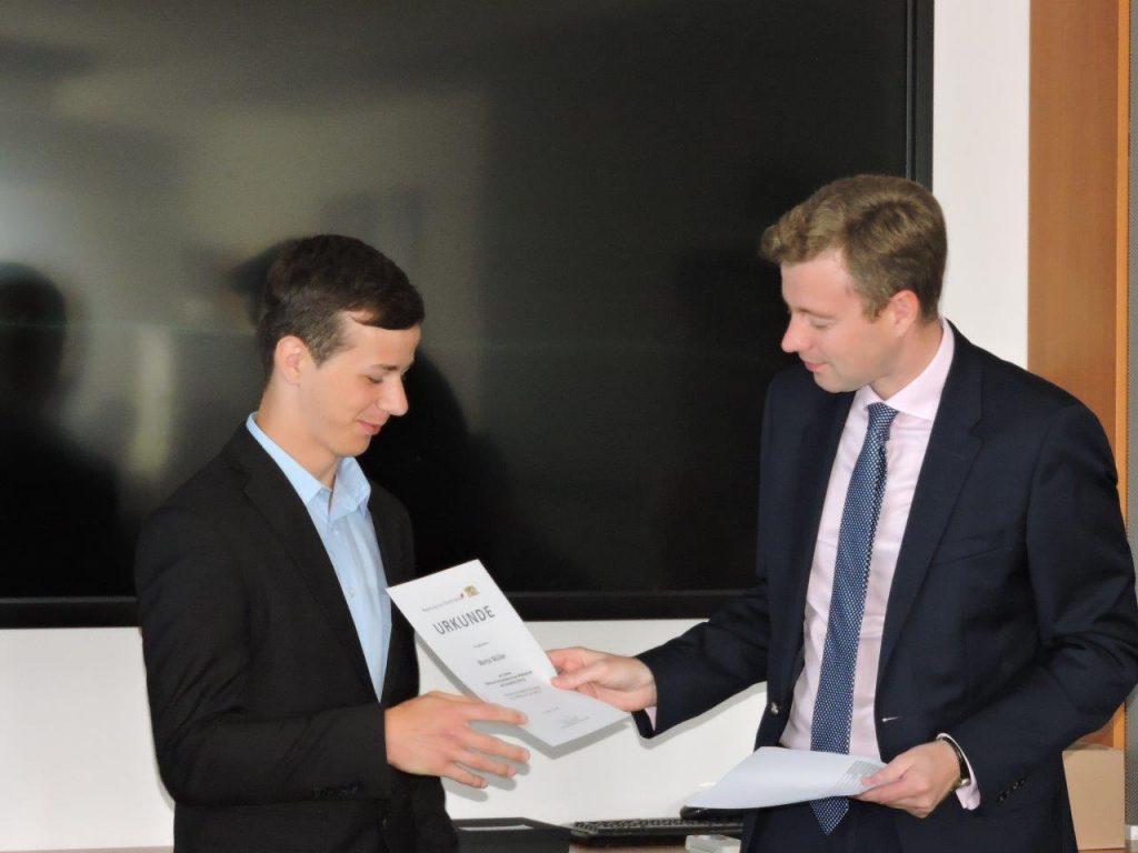 Marco Müller aus der CWS (Notendurchschnitt 1,0) mit Landrat Dr. Oliver Bär